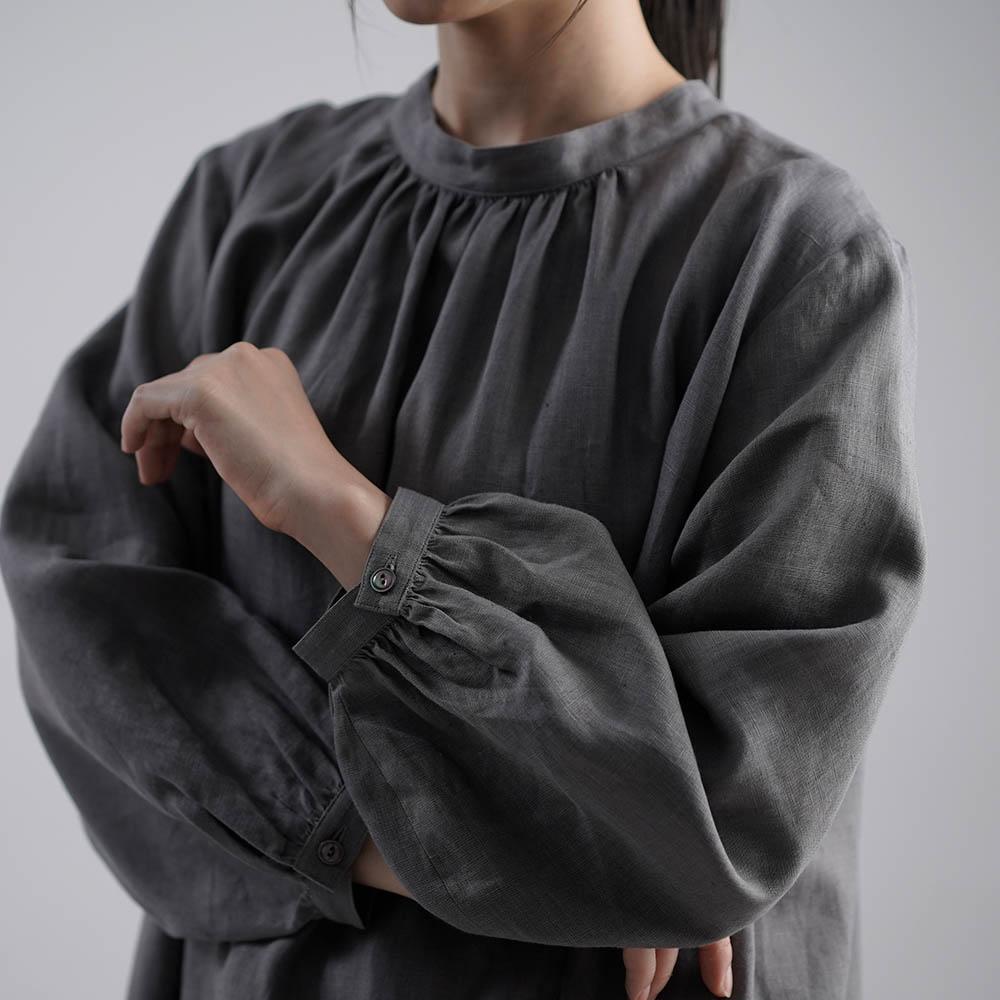 【wafu】やや薄手 リネン フロントギャザーのスタンドカラードレス ラウンドテール 国内織り・染め 加工/鈍色(にびいろ)【free】a034a-nib1