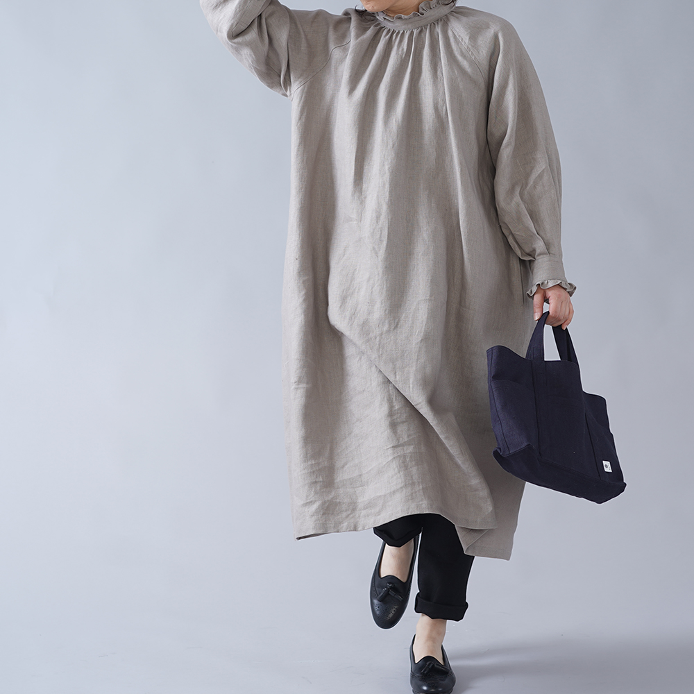 【wafu】中厚 リネン フリルドレス  襟 ドレス ミモレ丈 フレア 長袖 スタンドカラー/アッシュパール a088a-asp2