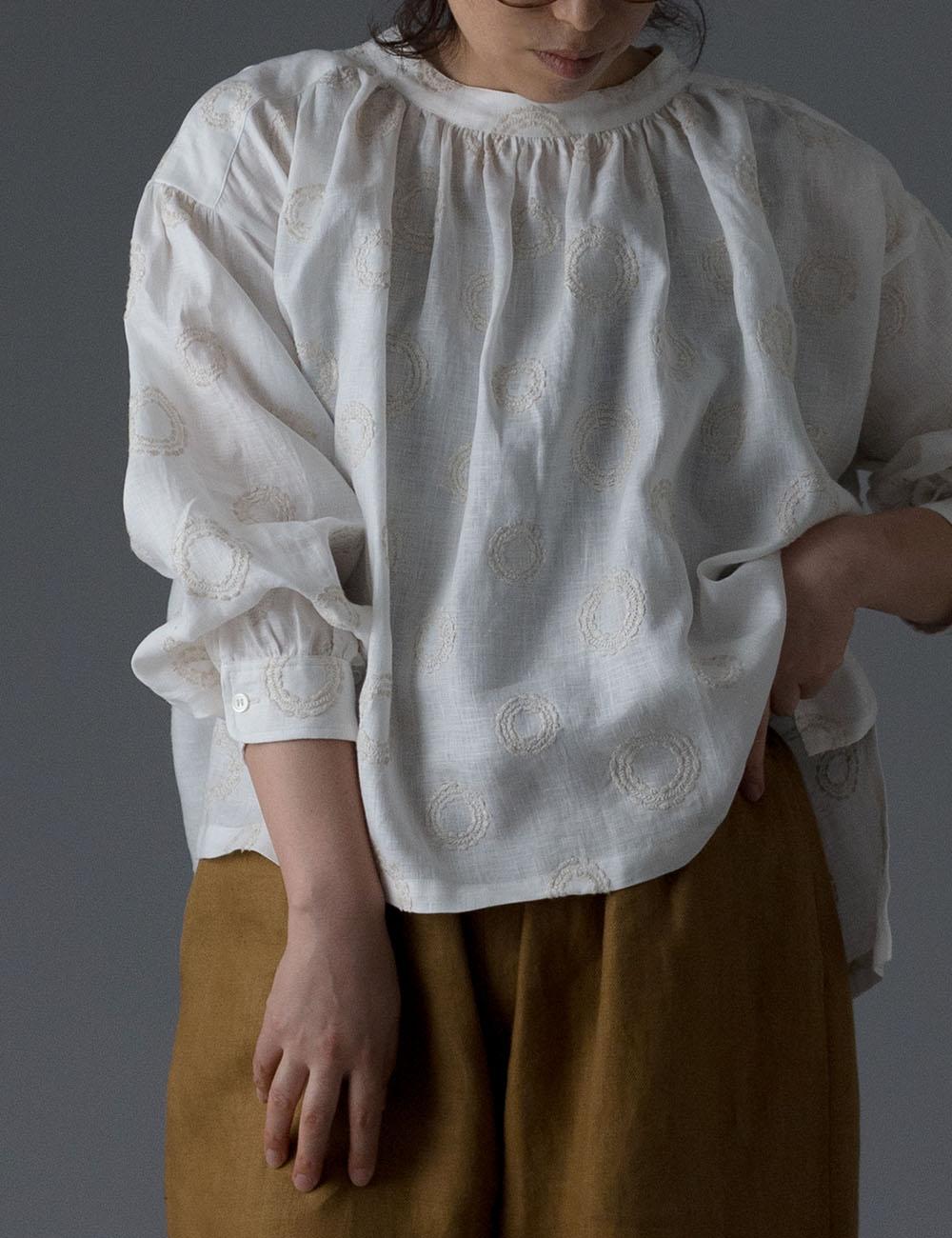 【受注販売】サークル刺繍リネン スタンドカラー ブラウス /ホワイト t013c-ssw2