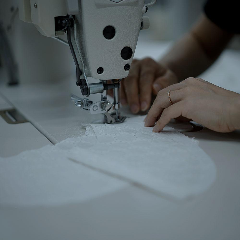 【7月6日21時~受注販売開始!】Lola (ロラ) Embroidered linen shirt/ t014c-wht1