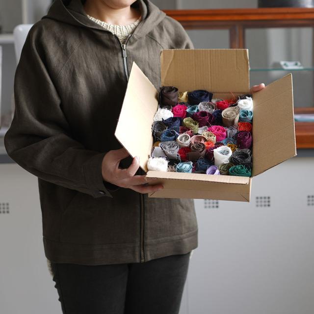 【送料無料!】花びらの詰め合わせような 細長いリネンはぎれBOX!★裂き織り カゴバック 小物雑貨 アート 手芸 織物にも  1kg以上 60サイズ /