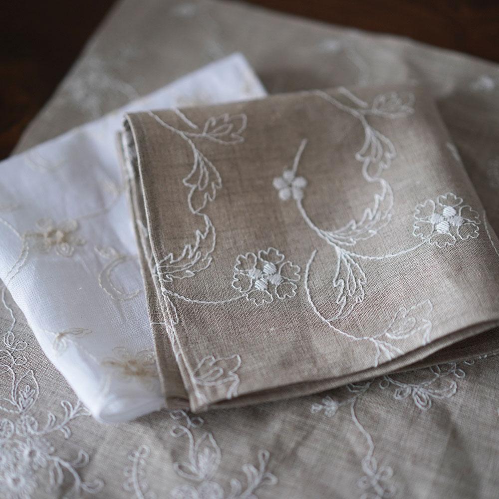 【wafu】 数量限定! 刺繍リネン ハンカチ 多目的用途に使えるリネン布 ※サイズまちまち  / 亜麻ナチュラル・ホワイト・ネイビー【28.5~33cmの間で やや正方形です。】z002m